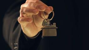 Κλειδιά εκμετάλλευσης ατόμων με το σπίτι keychain, ιδιοκτησία ακίνητων περιουσιών, υπηρεσίες realtors απόθεμα βίντεο
