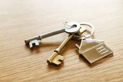 Κλειδιά σπιτιών σε έναν πίνακα Στοκ φωτογραφία με δικαίωμα ελεύθερης χρήσης