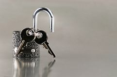 Κλειδιά στην κλειδαριά Εγχώρια ασφάλεια, προστασία στοκ φωτογραφίες