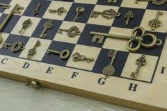 Κλειδιά Antiquarian σε μια σκακιέρα Στοκ Εικόνες
