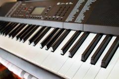 Κλειδιά Synth ενός μουσικού οργάνου στοκ φωτογραφία