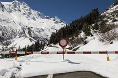 Κλειδωμένος δρόμος περασμάτων Susten το χειμώνα στις Άλπεις στην Ελβετία στοκ φωτογραφίες