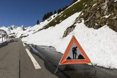 Κλειδωμένος δρόμος περασμάτων Susten το χειμώνα στις Άλπεις στην Ελβετία στοκ εικόνα με δικαίωμα ελεύθερης χρήσης