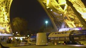 Κλειμένοι την αστυνομία οι ελαφριοί φραγμοί φώτισαν πλησίον τον πύργο του Άιφελ, ασφαλής νύχτα Παρίσι φιλμ μικρού μήκους
