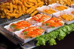 Κλειστά επάνω τηγανισμένα ταϊλανδικά τρόφιμα οδών γαρίδων Στοκ Εικόνες