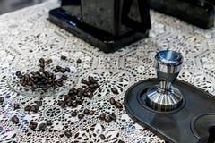 Κλειστά επάνω Arabica φασόλια καφέ που διασκορπίζονται στο πιατάκι γυαλιού στο croc Στοκ Φωτογραφία