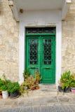 Κλειστές διπλές πράσινες πόρτες με τη σχάρα γυαλιού και μετάλλων Στοκ Εικόνα