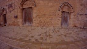 Κλειστές ξύλινες πόρτες στο χιλίων ετών ναό στο κέντρο του φρουρίου Famagusta απόθεμα βίντεο