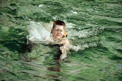 κλειστή αγόρι κολύμβηση μ&a Στοκ φωτογραφία με δικαίωμα ελεύθερης χρήσης