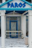 Κλειστή είσοδος στο ελληνικό εστιατόριο στο βουλγαρικό Pomorie το χειμώνα Στοκ Φωτογραφία