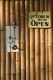 κλειστή μπαμπού πόρτα ανασ&kap Στοκ Εικόνες