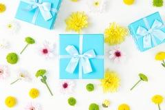 Κλειστή μπλε συλλογή κιβωτίων δώρων με τα διαφορετικά χρυσάνθεμα Στοκ Φωτογραφία