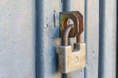 Κλειστή μπροστινή πόρτα με ένα παλαιό λουκέτο στοκ εικόνες με δικαίωμα ελεύθερης χρήσης