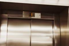 Κλειστή πόρτα του ανελκυστήρα Ανελκυστήρας στο πρώτο όροφο στοκ φωτογραφίες