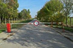 Κλειστός δρόμος με το σημάδι και το εμπόδιο Στοκ φωτογραφία με δικαίωμα ελεύθερης χρήσης