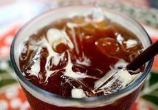 Κλειστός επάνω αρωματικός παγωμένος καφές με πολλούς κύβους πάγου, εκλεκτική εστίαση και θολωμένο υπόβαθρο στοκ εικόνα