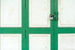 Κλειστός επάνω στην εκλεκτής ποιότητας άσπρη και πράσινη ξύλινη πόρτα με την ασημένια κλειδαριά Στοκ Φωτογραφίες
