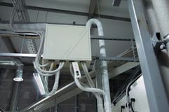 Κλειστός θαλαμίσκος ελέγχου για τη σπείρα DX της διαχειριζόμενης μονάδας αέρα στο βιομηχανικό δωμάτιο εξαερισμού στοκ φωτογραφία με δικαίωμα ελεύθερης χρήσης