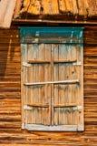 Κλειστός καταστρέφεται του ξύλινου παραθύρου φιαγμένου από ξεπερασμένο ξύλο σε Astrakhen Ρωσία στοκ εικόνες