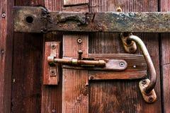 Κλειστός σύρτης στην παλαιά ξύλινη πόρτα στοκ φωτογραφία με δικαίωμα ελεύθερης χρήσης