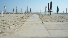 Κλειστός parasols στην παραλία στοκ εικόνες