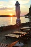 Κλειστός sunshades και καρέκλες γεφυρών στον περίπατο παραλιών της πόλης Rab, στο φως ηλιοβασιλέματος Κροατία στοκ φωτογραφίες με δικαίωμα ελεύθερης χρήσης