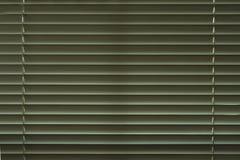Κλειστός venetiann blindes στο σκοτεινό δωμάτιο στοκ εικόνες