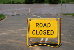 Κλειστό δρόμος σημάδι πέρα από τον πλημμυρισμένο δρόμο Στοκ Εικόνες