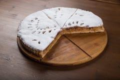 Κλειστό κέικ με μια πλήρωση στάρπη-Apple, που ψεκάζεται με την κονιοποιημένη ζάχαρη που ψήνεται στο φούρνο Στοκ Φωτογραφία