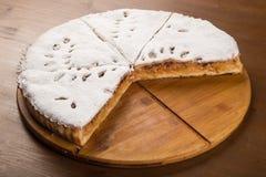 Κλειστό κέικ με μια πλήρωση στάρπη-Apple, που ψεκάζεται με την κονιοποιημένη ζάχαρη που ψήνεται στο φούρνο Στοκ φωτογραφίες με δικαίωμα ελεύθερης χρήσης