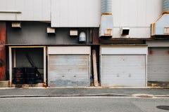 Κλειστό κτήριο εργοστασίων παραθυρόφυλλων πόρτα στοκ εικόνα με δικαίωμα ελεύθερης χρήσης