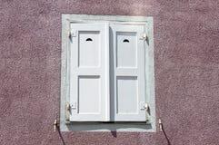 κλειστό παλαιό άσπρο παράθυρο παραθυρόφυλλων Στοκ Φωτογραφία