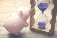 Κλεψύδρα με την τράπεζα Piggy Στοκ εικόνα με δικαίωμα ελεύθερης χρήσης