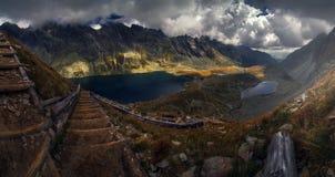 Κλιμακοστάσιο στον ουρανό, ίχνος βουνών στοκ εικόνες με δικαίωμα ελεύθερης χρήσης