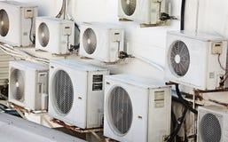 κλιματιστικά μηχανήματα πολλά παλαιότερος τοίχος στοκ φωτογραφίες με δικαίωμα ελεύθερης χρήσης
