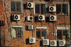 Κλιματιστικά μηχανήματα στο τουβλότοιχο στοκ φωτογραφία με δικαίωμα ελεύθερης χρήσης