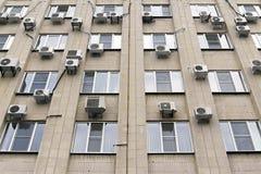 Κλιματιστικά μηχανήματα Mani στον τοίχο οικοδόμησης Στοκ Φωτογραφίες