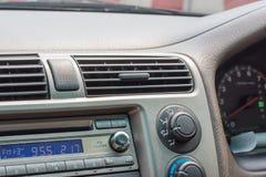Κλιματιστικό μηχάνημα με σύγχρονες εσωτερικές λεπτομέρειες αυτοκινήτων στοκ εικόνες