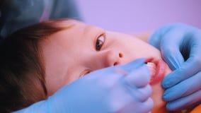 Κλινική ιατρικής Ένα μωρό με την εγκεφαλική ασθένεια παράλυσης Μασάζ λεκτικής θεραπείας, μια εργασία γυναικών με το ειδικό όργανο απόθεμα βίντεο