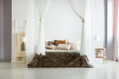 Κλινοστρωμνή γουνών στο comfy εσωτερικό στοκ φωτογραφία με δικαίωμα ελεύθερης χρήσης