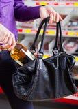 κλοπή σε μαγαζί Στοκ εικόνα με δικαίωμα ελεύθερης χρήσης