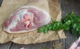 Κνήμη χοιρινού κρέατος με τα καρυκεύματα για το ψήσιμο Στοκ Εικόνες