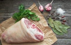 Κνήμη χοιρινού κρέατος με τα καρυκεύματα για το ψήσιμο Στοκ Φωτογραφία