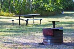 Κοίλωμα πυρκαγιάς με τον πίνακα πικ-νίκ στοκ φωτογραφία με δικαίωμα ελεύθερης χρήσης