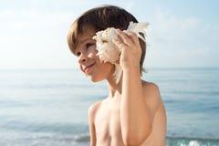 Κοίταγμα ακούσματος παιδιών conch λοξά Στοκ φωτογραφίες με δικαίωμα ελεύθερης χρήσης