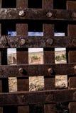 Κοίταγμα αν και οι παλαιοί φραγμοί χάλυβα Στοκ Φωτογραφίες