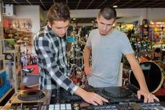 Κοίταγμα για το καλό σύστημα του DJ Στοκ φωτογραφία με δικαίωμα ελεύθερης χρήσης