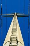 Κοίταγμα επάνω στη σκάλα στον ηλεκτρικό πύργο Στοκ φωτογραφία με δικαίωμα ελεύθερης χρήσης