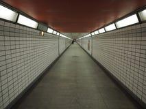 Κοίταγμα κάτω από μια υπόγεια σήραγγα με το φως στο τέλος γραπτό στοκ εικόνα με δικαίωμα ελεύθερης χρήσης