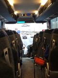 Κοίταγμα κάτω από τον κεντρικό διάδρομο ενός λεωφορείου Στοκ Εικόνες